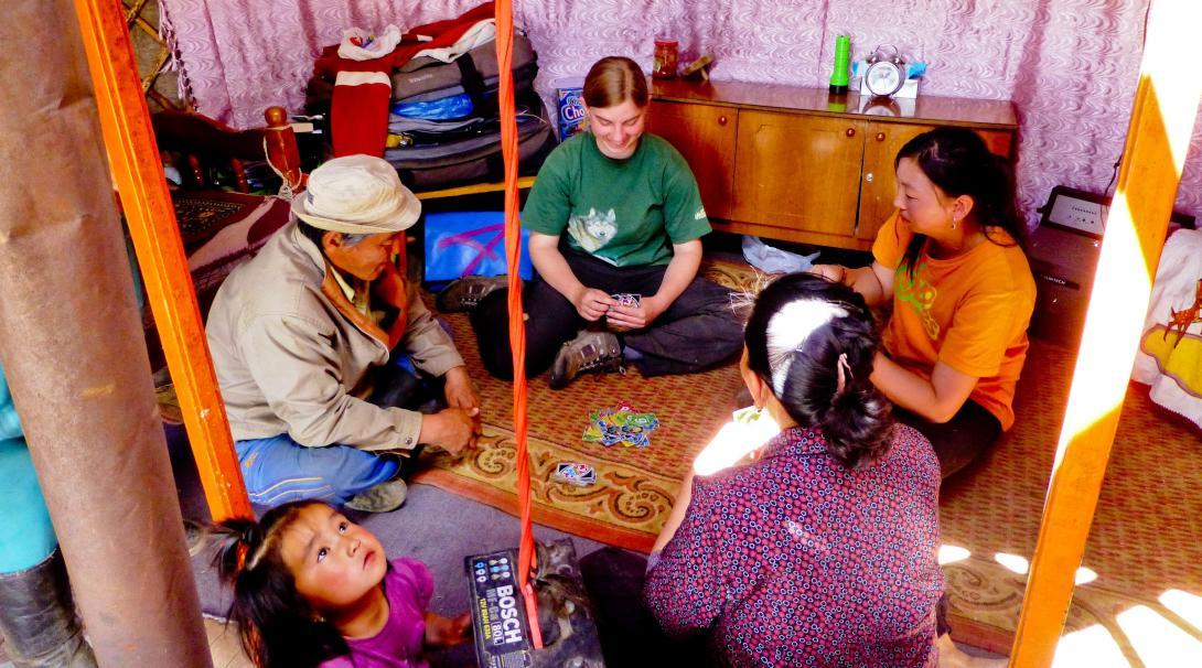 En Projects Abroad volontär spelar kort med hennes värdfamilj i Mongoliet